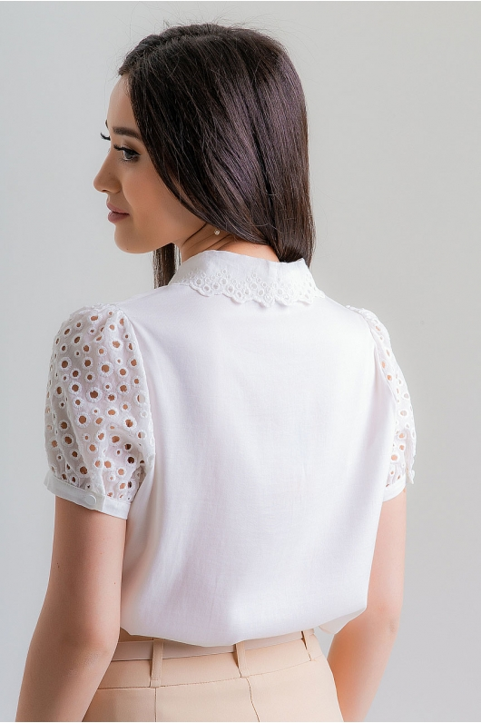 Блуза с выбитым рисунком на плечиках