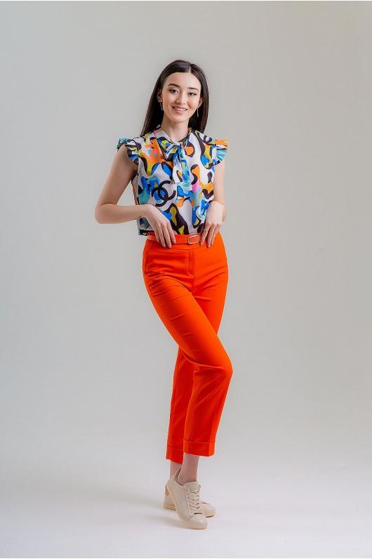 Блуза с ярким дизайном и декоративным бантом