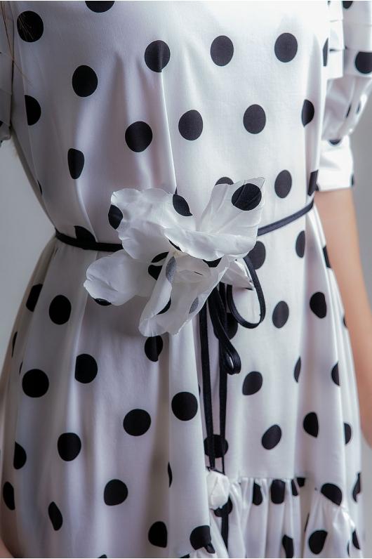 Платье из струящейся ткани на тонком ремешке