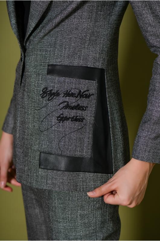 Костюм брючный с декоративным элементом на кармане