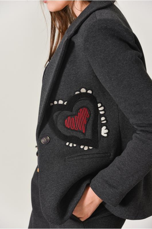 Жакет из плотного трикотажа, оформленный сердцем на кармане