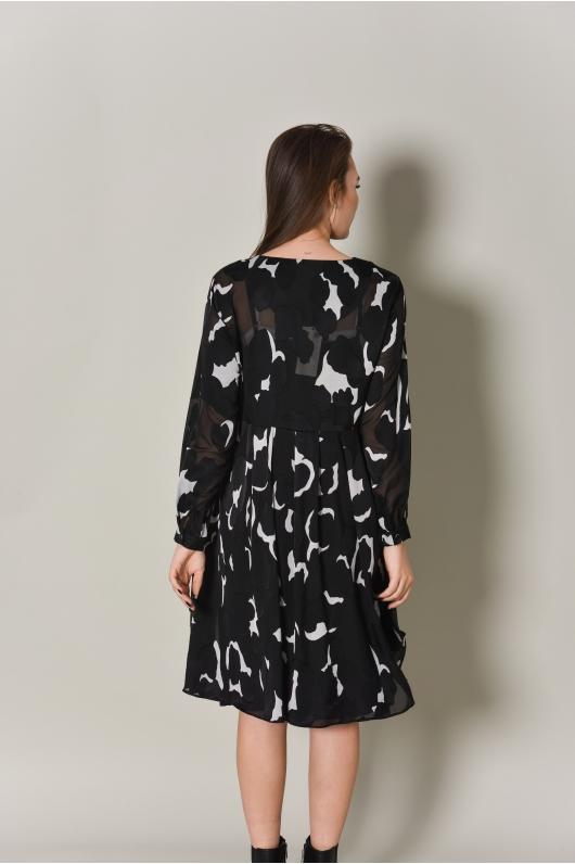 Платье из струящейся ткани в черно-белом исполнении