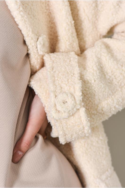 Пальто в бежевом оттенке из эко- меха