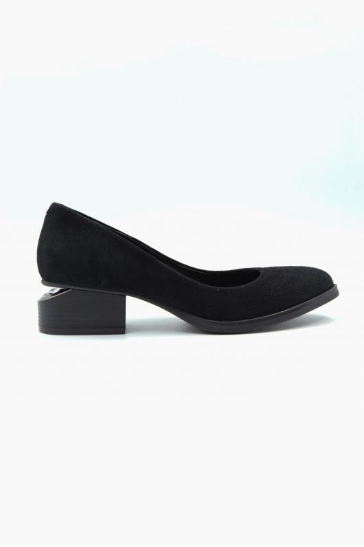 Туфли с металлическим элементом.